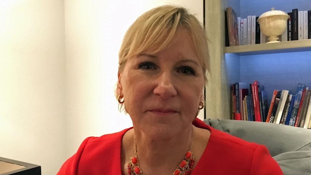 Margot Wallström framför en bokhylla.