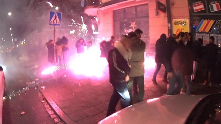 Bilden visar nyårsraketer som avfyras mitt bland människor vid Möllevångstorget i Malmö. Foto: Jash Doweyko-Jurkowski/TT.