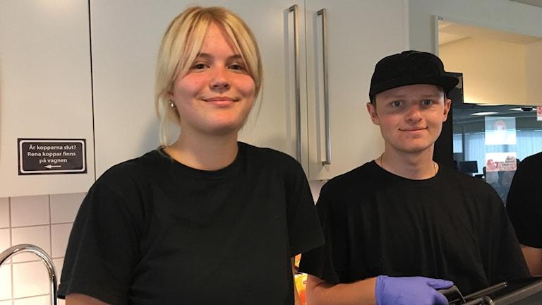 En bild på två ungdomar, Emil Bolin och Katja Åberg, som står framför en diskbänk