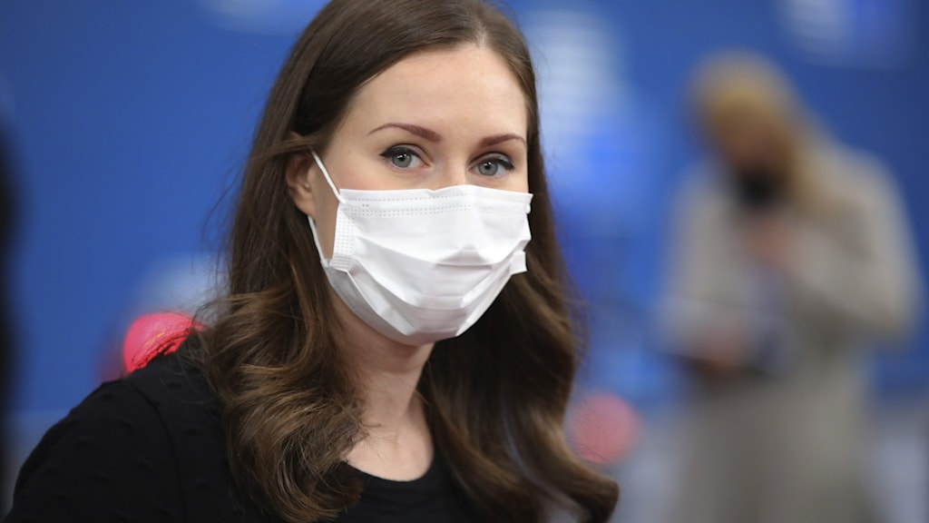 Finlands statsminister Sanna Marin, iklädd munskydd. Statsministern har fortsatt förtroende för sin regeringskollega Krista Kiuru.