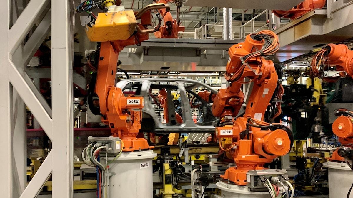 En bilkaross sätts ihop av flera robotar inne i Volvo Cars fabrik