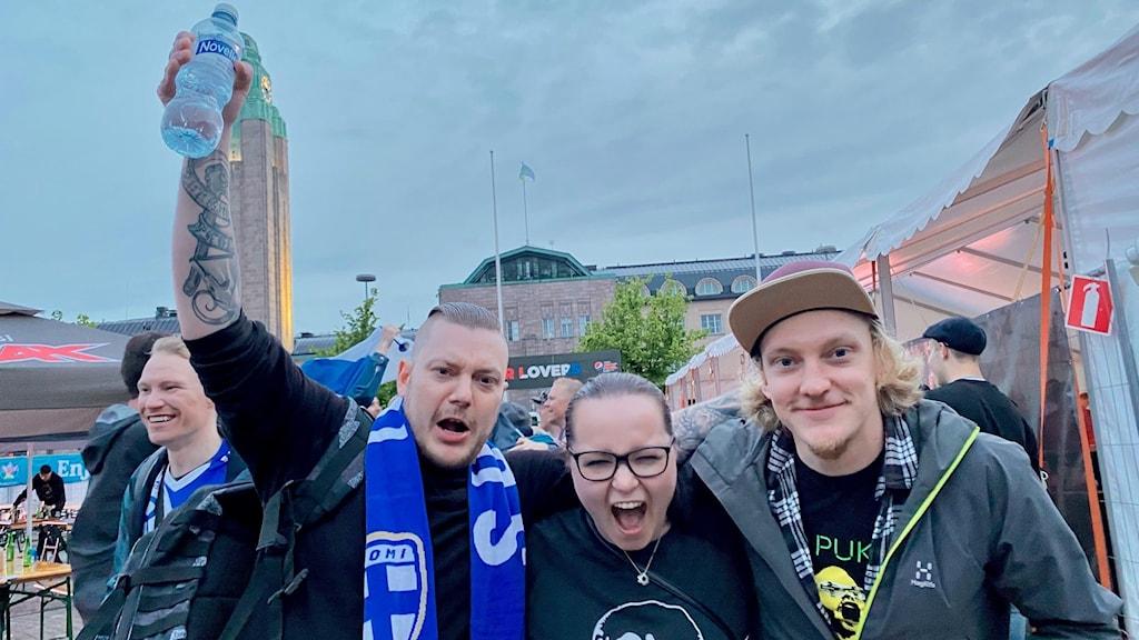 Jari Hiltunen, Sanni Haatanen och Joni Hiltunen firar Finlands historiska seger.