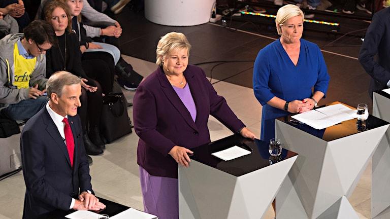 Tv-studio med politiker vid små bord.