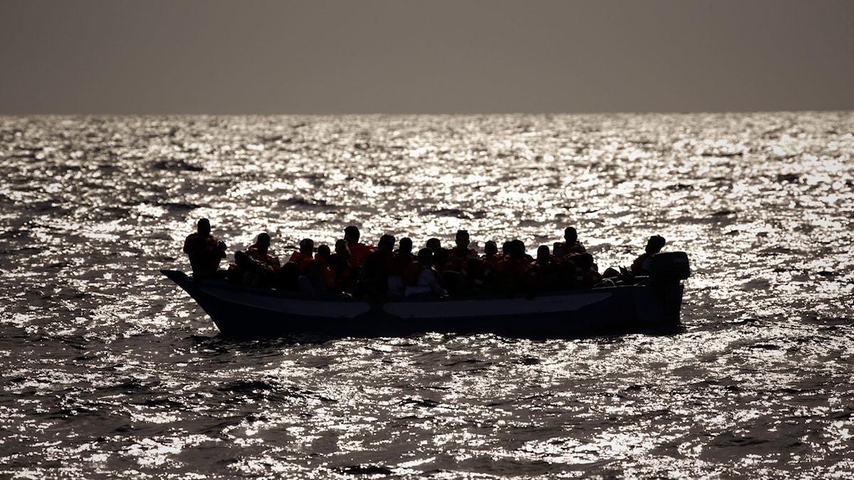 Enligt Libyens kustbevakning har 65 migranter räddats och fem kroppar har hittats.