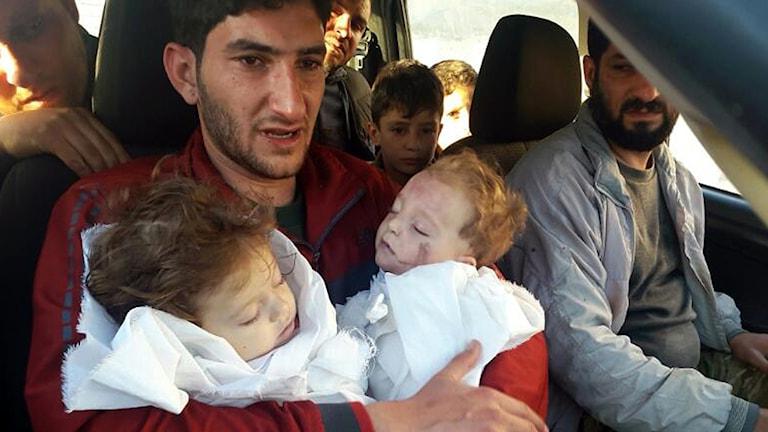 Abdel hamid Alyousef sitter med sina två döda tvillingar i famnen. Foto: STR/AP/TT.