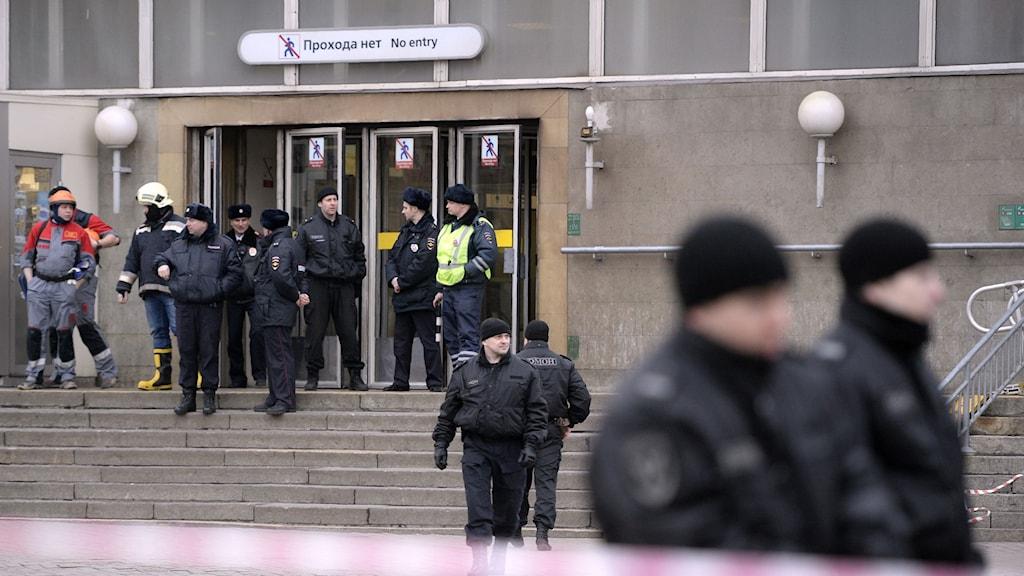 Poliser utanför tunnelbanestationen Sennaya Square i S:t Petersburg.