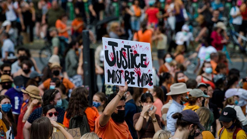 Ursprungsbefolkningen demonstrerar i Montreal, Kanada i protest mot behandlingen av barn vid internatskolor efter att ett tusental gravar upptäckts.