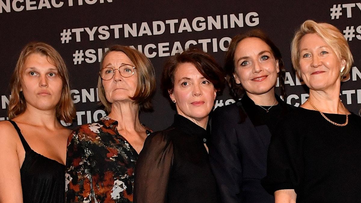 Kvinnliga skådespelare i manifestation mot sexism.