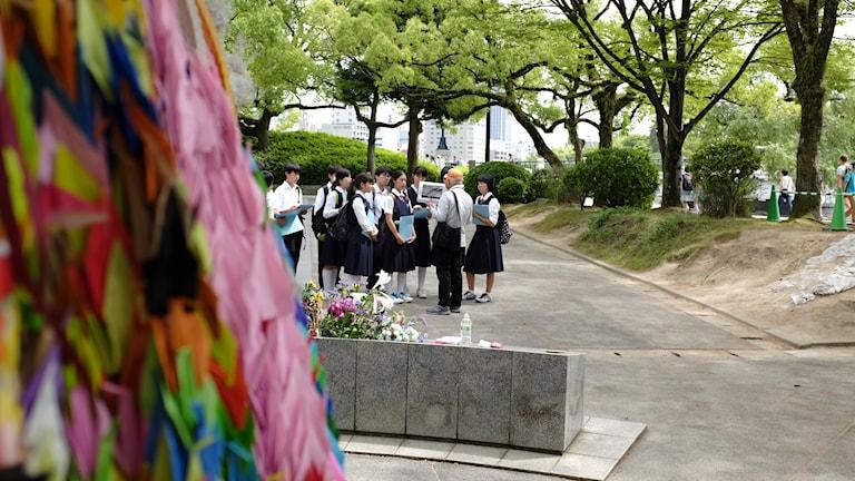 Maj månad är högsäsong för japanska skolresor till Hiroshimas minnespark  Många tar med sig färgglada papperstranor som en symbol för fred. Foto: Hanna Sahlberg