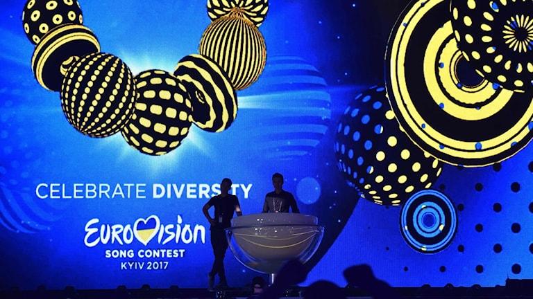 På en stor skärm står det Eurovision, Celebrate diversity