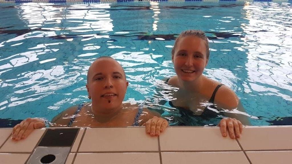Johanna Gustafsson och hennes assistent Tove i motionsbassäng.
