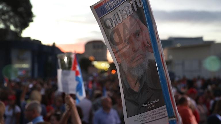 Människor i Lilla Havanna i Miami firar att Fidel Castros död.