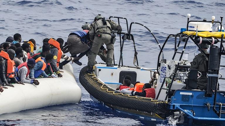 Människor i gummibåt ute på havet (arkivbild). Foto: Valdemar Lindekrantz/Kustbevakningen/TT