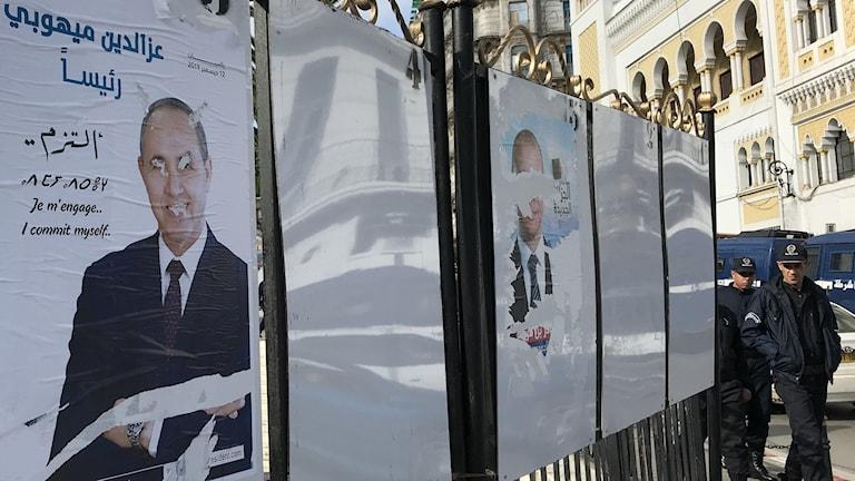 Vandaliserade valaffischer i Algeriet.