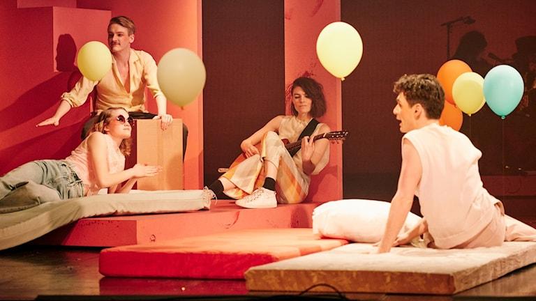 Veronica Maggios musik blir teater i föreställningen Eka över hela staden på Uppsala stadsteater.