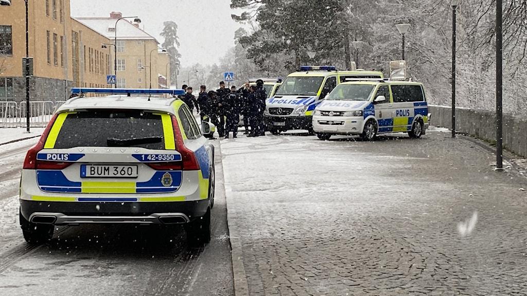 Polisavspärrningar inför mordrättegång i Linköping.