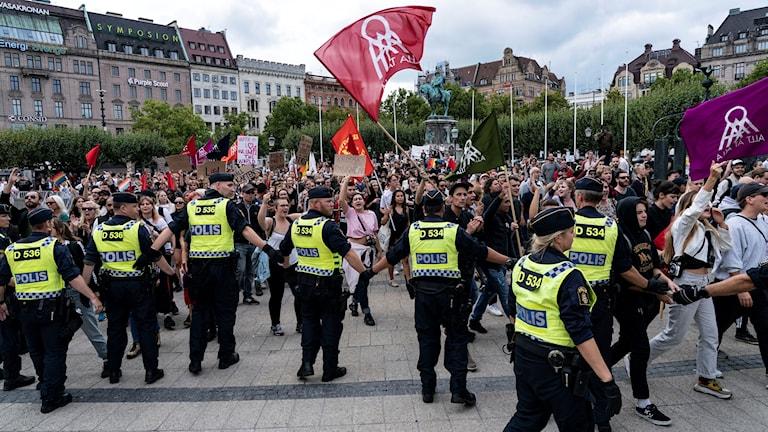 AFS håller torgmöte i Malmö omgivna av poliser.