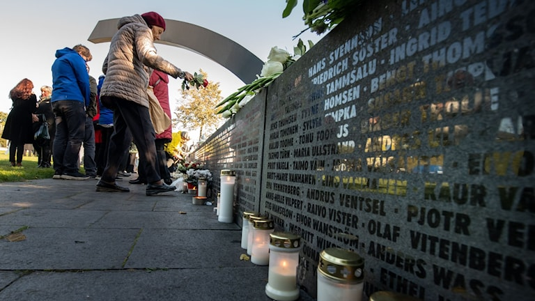 Minnet av offren hedrades i dag vid monumentet Bruten linje i Tallinn.