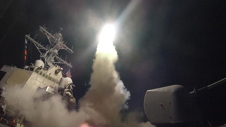 USA har avfyrat mellan 50 och 60 kryssningsmissiler mot ett flygfält i närheten av staden Homs i Syrien.