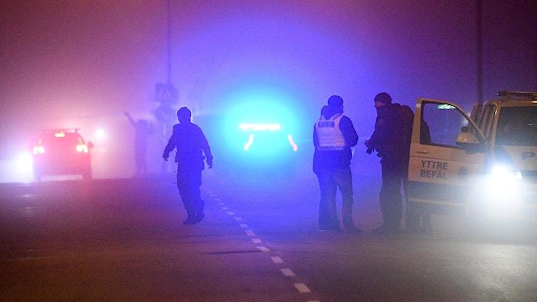 Blåljus i dimma med flera poliser