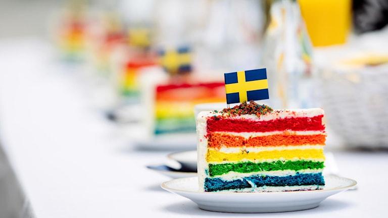 Pride-tårtor i regnbågsfärger.