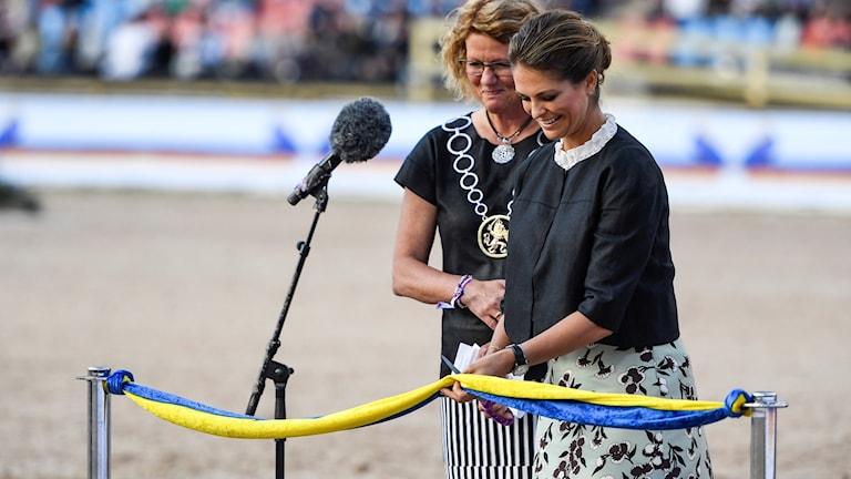 Prinsessan Madeleine inviger EM i ridsport tillsammans med kommunfullmäktiges ordförande Lena Malm (S) på Ullevi på måndagskvällen.