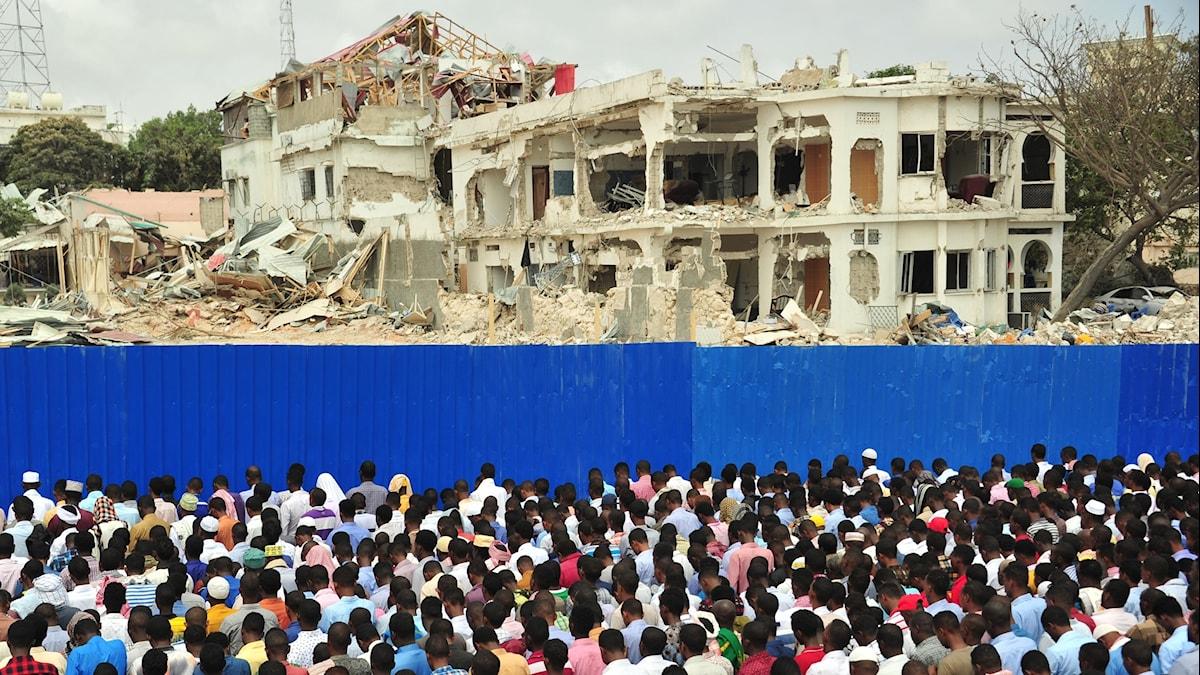 Vid gårdagens fredagsbön kom många till attentatsplatsen i Mogadishu för att be för offren.