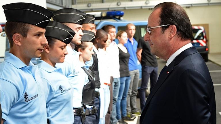 Franska presidenten Hollande framför reservister vid ett besök hos reservisternas nationella träningscentrum i Saint Astier i södra Frankrike.