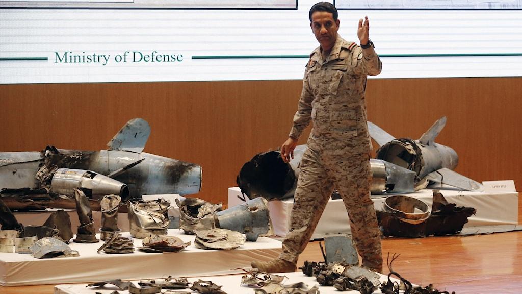 Överste Turki al-Malki, talesperson för det saudiska försvarsdepartementet, säger att 18 obemannade flygande farkoster (drönare) användes, liksom 7 kryssningsrobotar av iranskt ursprung.