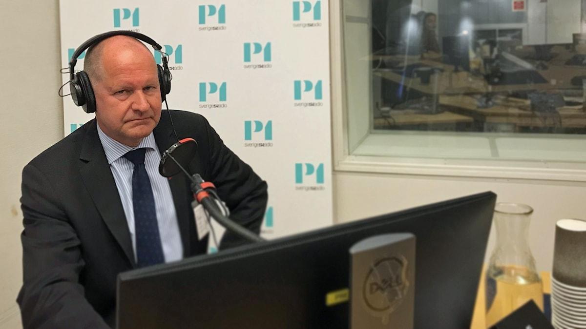 Dan Eliasson med hörlurar i radiostudio
