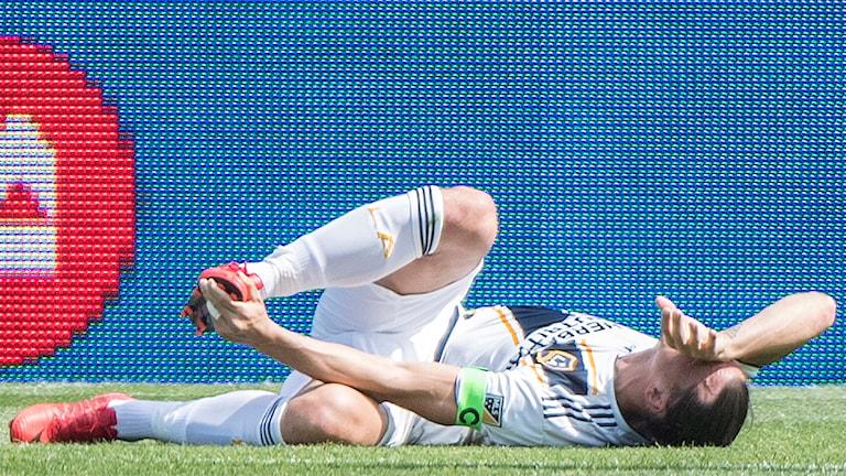 Zlatan Ibrahimovic ligger skadad på planen.