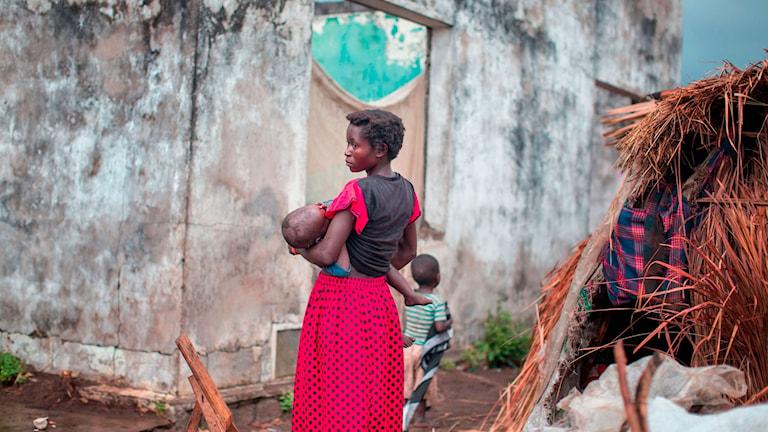 Kvinna bär ett barn
