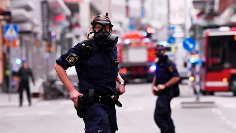 Polis arbetar på plats i centrala Stockholm efter attacken.