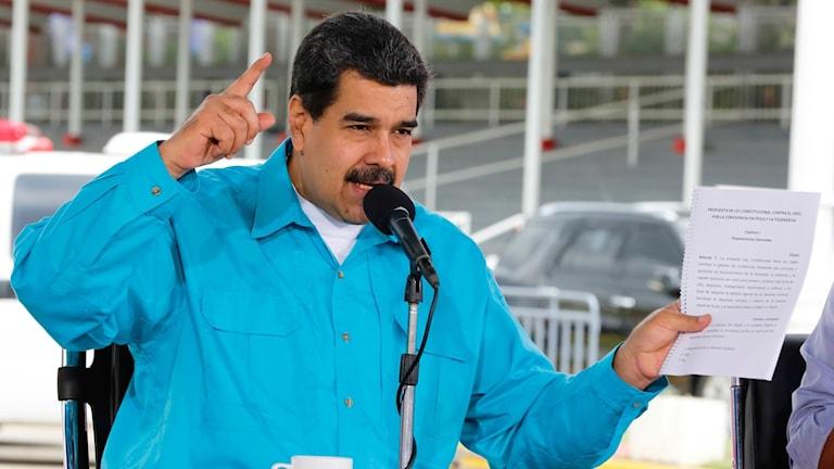 Nicolás Maduro håller i ett papper