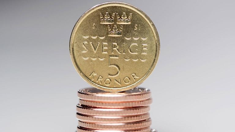 Sveriges nya femkrona på en stapel med enkronor
