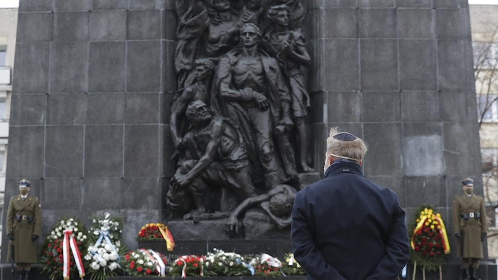 En krans läggs vid monumentet till Warszawas gettons hjältar den 27 januari.