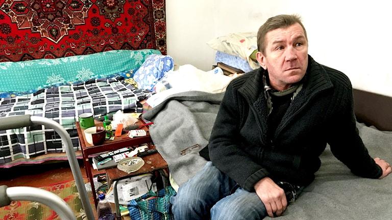 Zhenja skadades svårt när hans hus i Marinka träffades av granater. Han har idag svårt att gå och att tala.