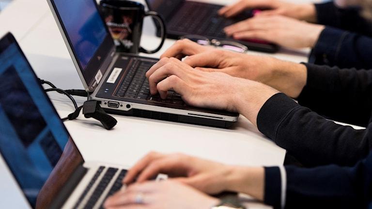 Personer som håller på med datorer