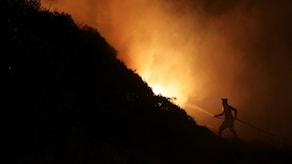 Elden bekämpas i Obidos, Portugal, 16 oktober. Foto: Armando Franca/TT.