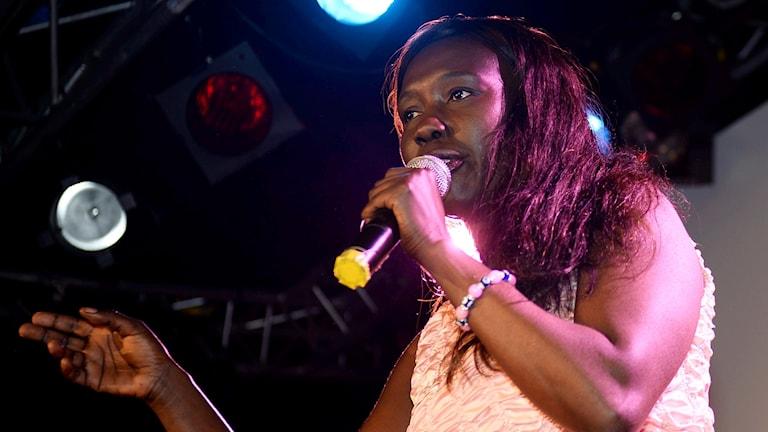 Kvinna med mikrofon.