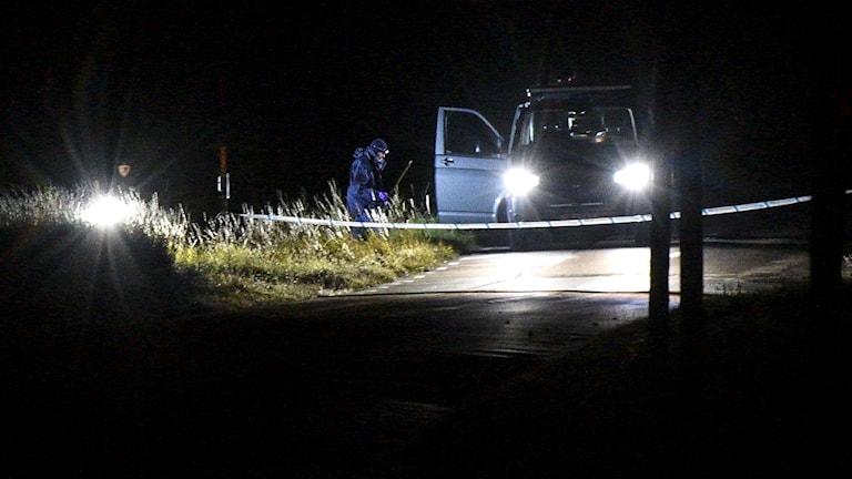 Polisens tekniker undersöker vägkanten utanför Bårslöv under natten till onsdagen.
