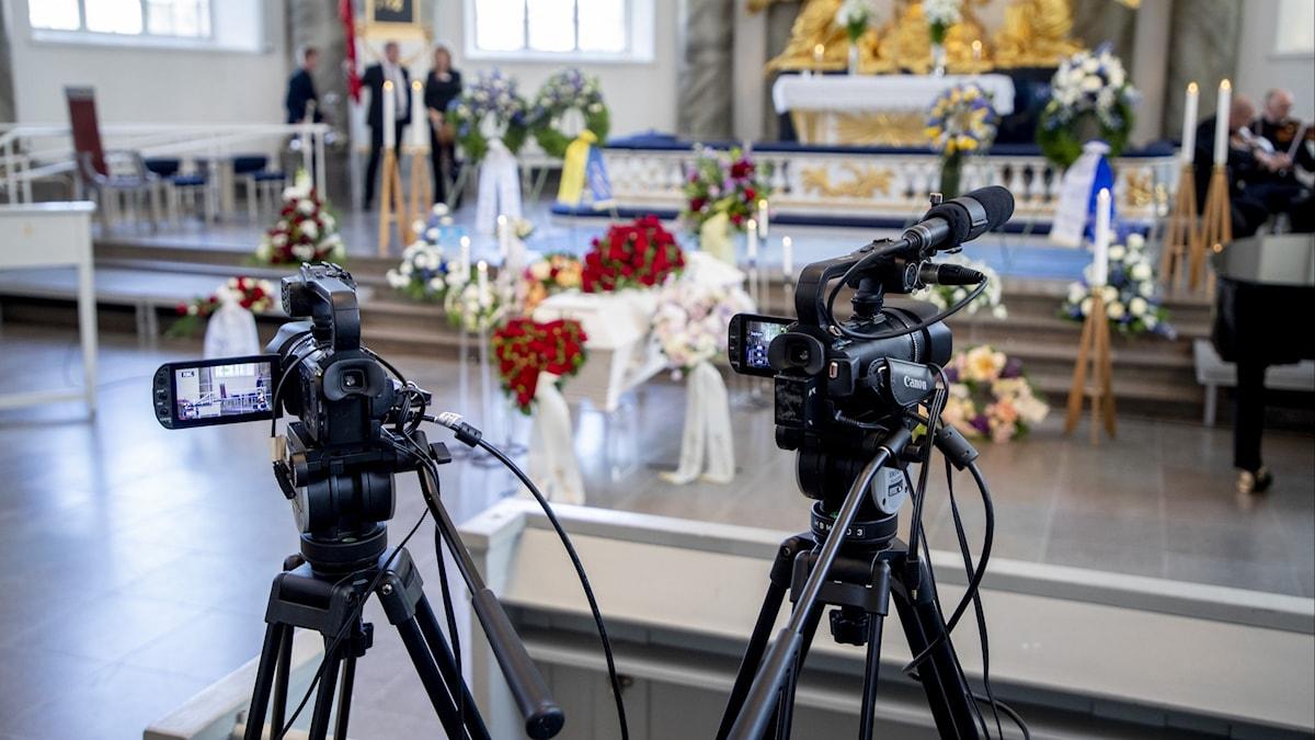 Videokameror filmar begravning.