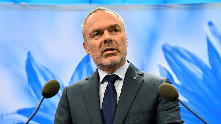 Liberalernas partiledare Jan Björklund kommenterar regeringsfrågan vid en presskonferens på lördagen.