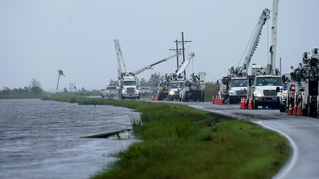 Räddningsfordon försöker få upp elstolpar efter stormen Nicholas i USA.