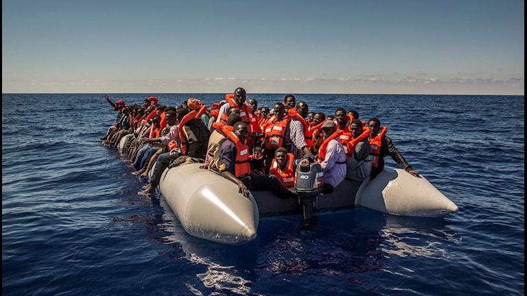 malimigranter på flotte utanför libyens kust