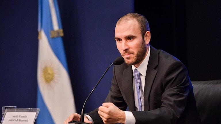 Man framför en argentinsk flagga.
