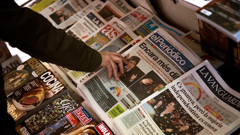 Löpsedlarna i ett tidningsställ i Barcelona morgonen efter valet.