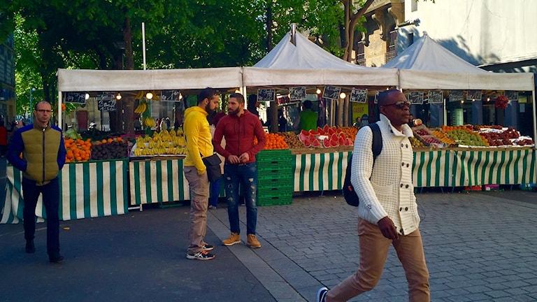 Män på en marknad.