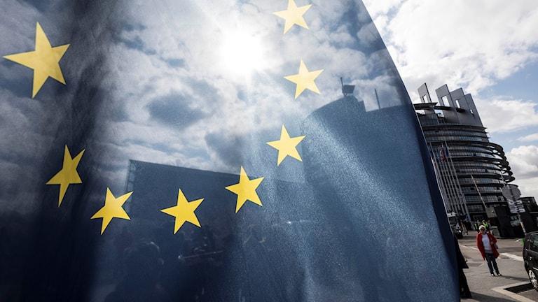 EU-flagga framför parlamentet i Strasbourg.