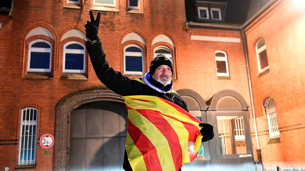 Eduard Alonso från Girona gör segertecken framför fängelset i nordtyska Neumuenster efter domstolsbeslutet att släppa den katalanske ledaren Carles Puigdemont.